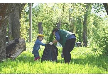 Прибрану територію Лісопаркової за свята перетворили на смітник