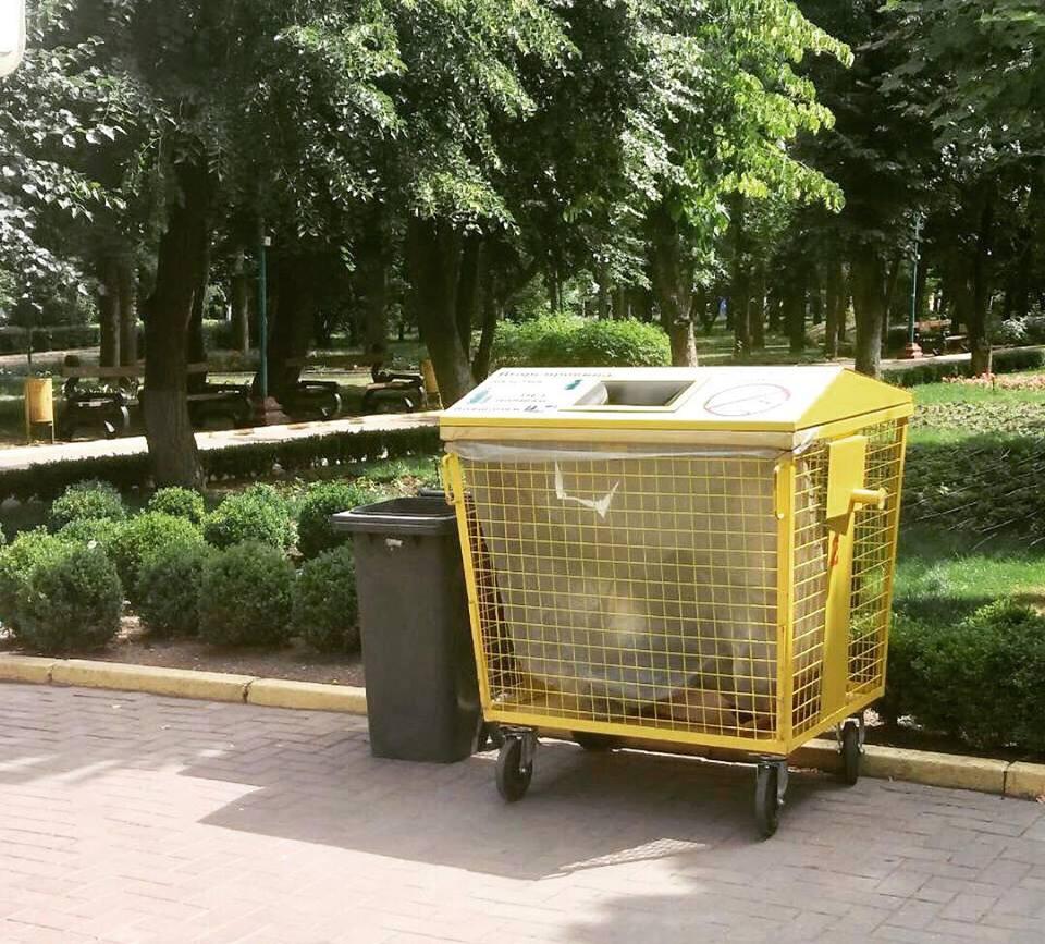 Контейнери для двокомпонентного збору відходів вже встановили у Дендропарку